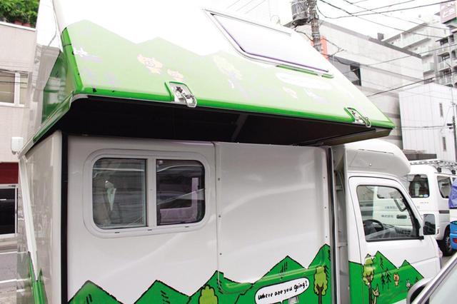 画像: ウインチでキャビン全体を斜め上方向に上げていくと、三角屋根の状態になる。あとは拡張部屋を手前に引っぱり出し、そこに屋根を降ろせば、ステイモードの完成。