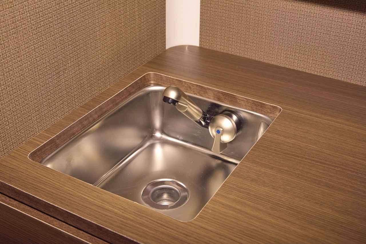 画像: ギャレー上部には電動蛇口付きシンクを装備。下部には給水タンクと排水タンクが収納されている。