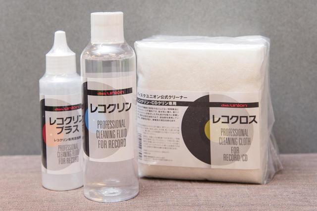 画像: ディスクユニオンが業務用に開発した専用クリーナー「レコクリン」(1512円)と拭き取り専用クロス「レコクロス」(648円)。「レコクリン」は年間1万本を売り上げる人気商品。