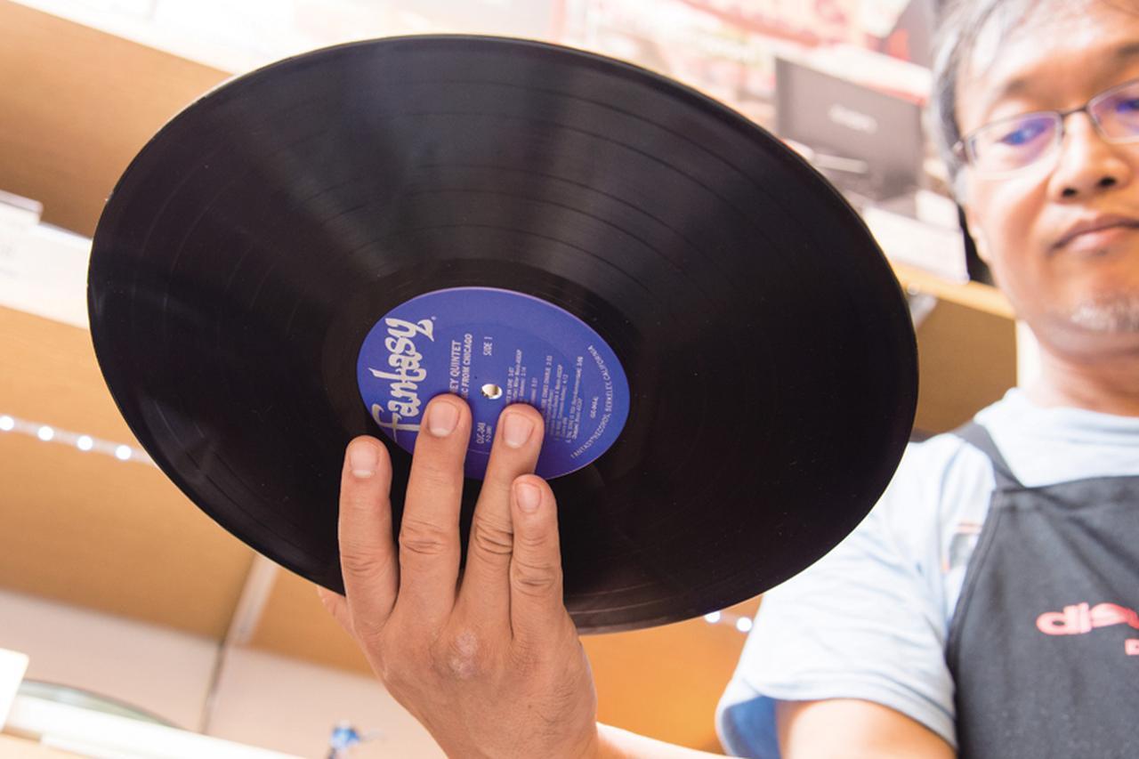画像: 4 中指と薬指でラベル部を持つ