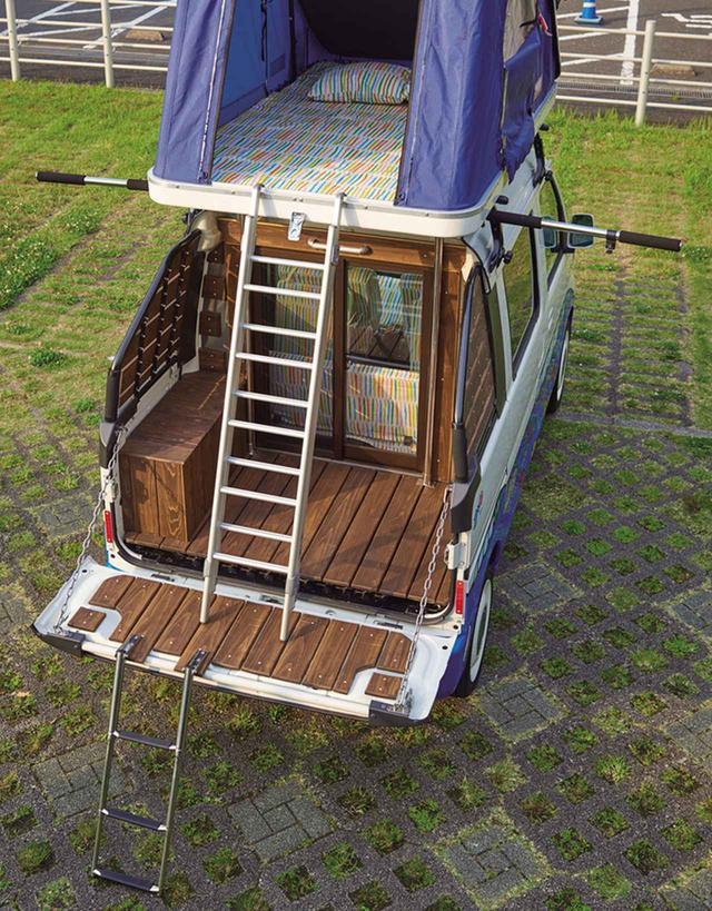 画像: リアデッキにハシゴを立てて、ルーフテントに出入りすることもできる。