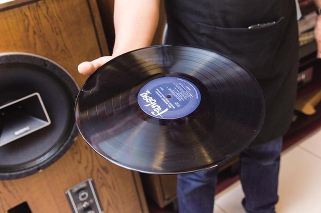 画像: 3 内袋からレコードを取り出す