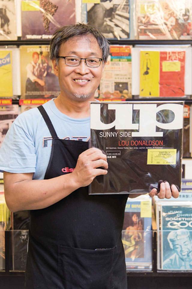 画像: ディスクユニオンJazzTOKYOの店長・生島さんは、ディスクユニオンオリジナルのレコード専用メンテナンスグッズの開発者でもある。今回は、長年レコードを扱ってきた経験に基づく手入れ術をご教示いただいた。