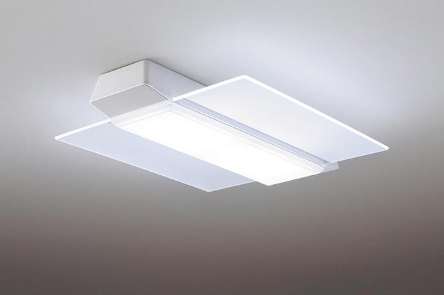 画像: 2017年9月に発売した「AIR PANEL LED 角型タイプ」をベースに、ブルートゥーススピーカーを内蔵。センター光と両サイド2枚のパネル光を切り替えて照らし分けることで、シーンや気分に合わせた演出ができる。全灯(文字くっきり光)