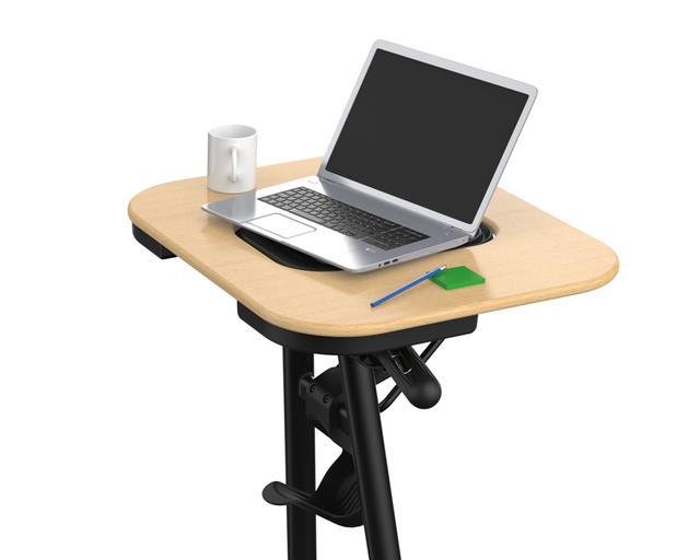 画像: テーブルは大きく、パソコンでも本でも載せられる