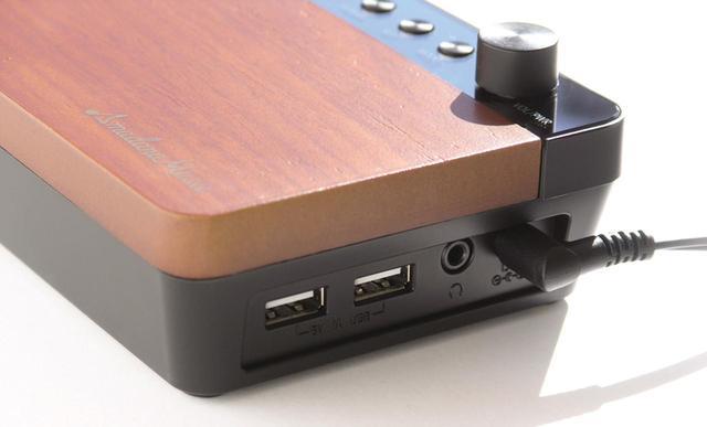 画像: USB端子を装備し、スマホの充電も可能。