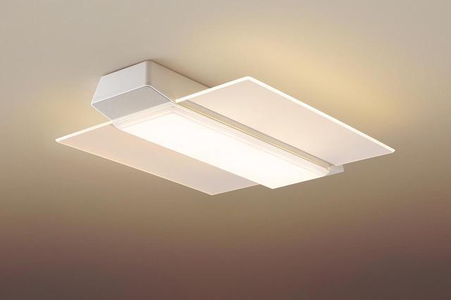 画像: パネル光+センター光(普段のあかり)。リモコンのボタンを押すたびに、点灯するパネルの枚数が切り替わる。本体サイズ/重量は、長さ71.2センチ×幅55センチ×高さ9.9センチ/4.9キロ。
