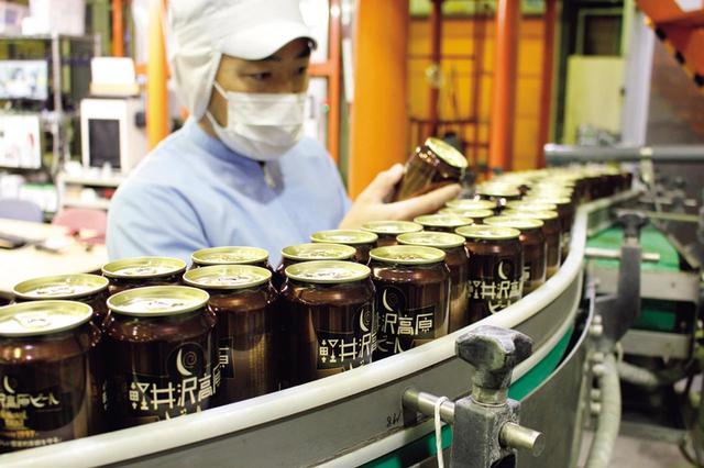画像: クラフトビールとしては非常に珍しい缶充填のライン。20年前、設備投資はばく大だったが、品質の保持と流通性のよさは、ビンのそれをはるかに凌駕した。