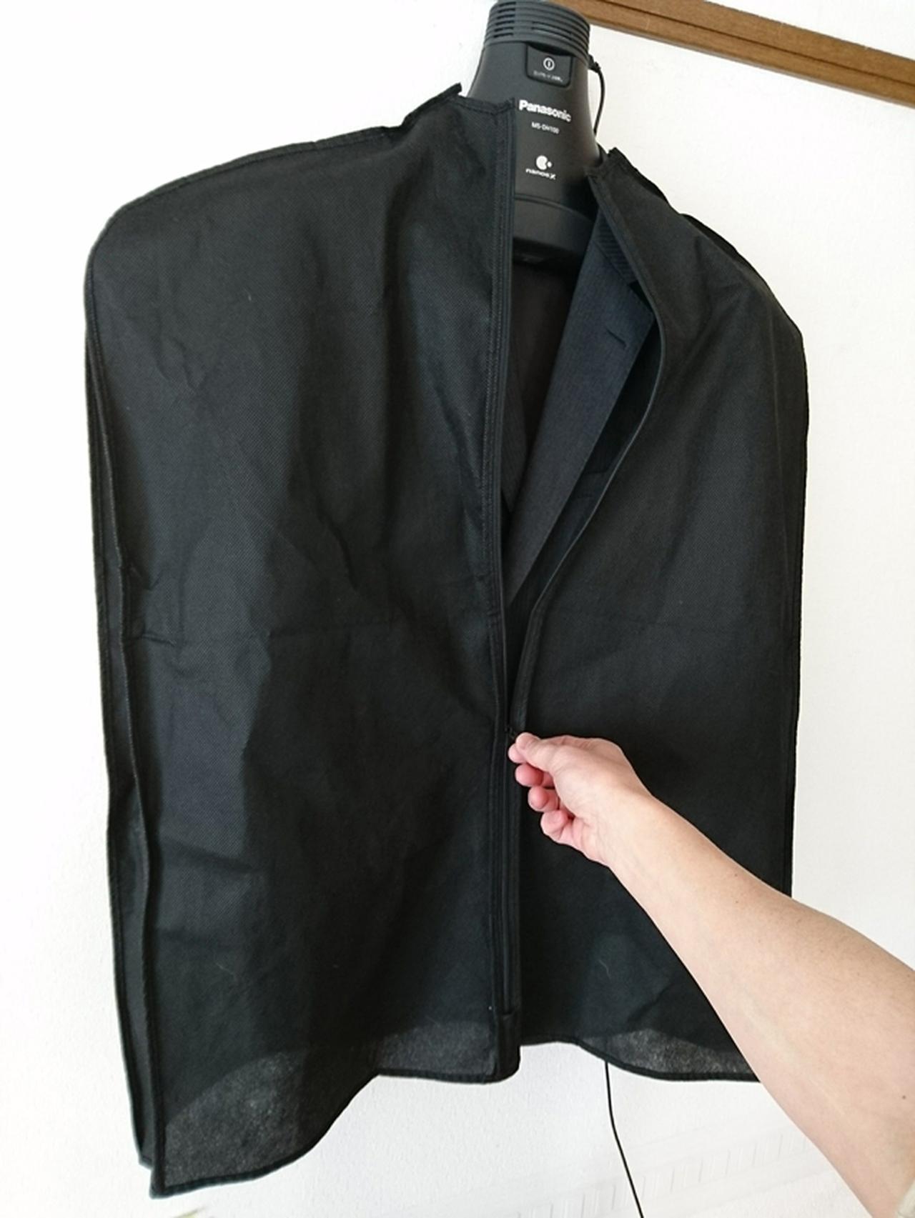 画像: 衣類用カバーをかぶせれば、内側だけでなく、表側も脱臭できる。