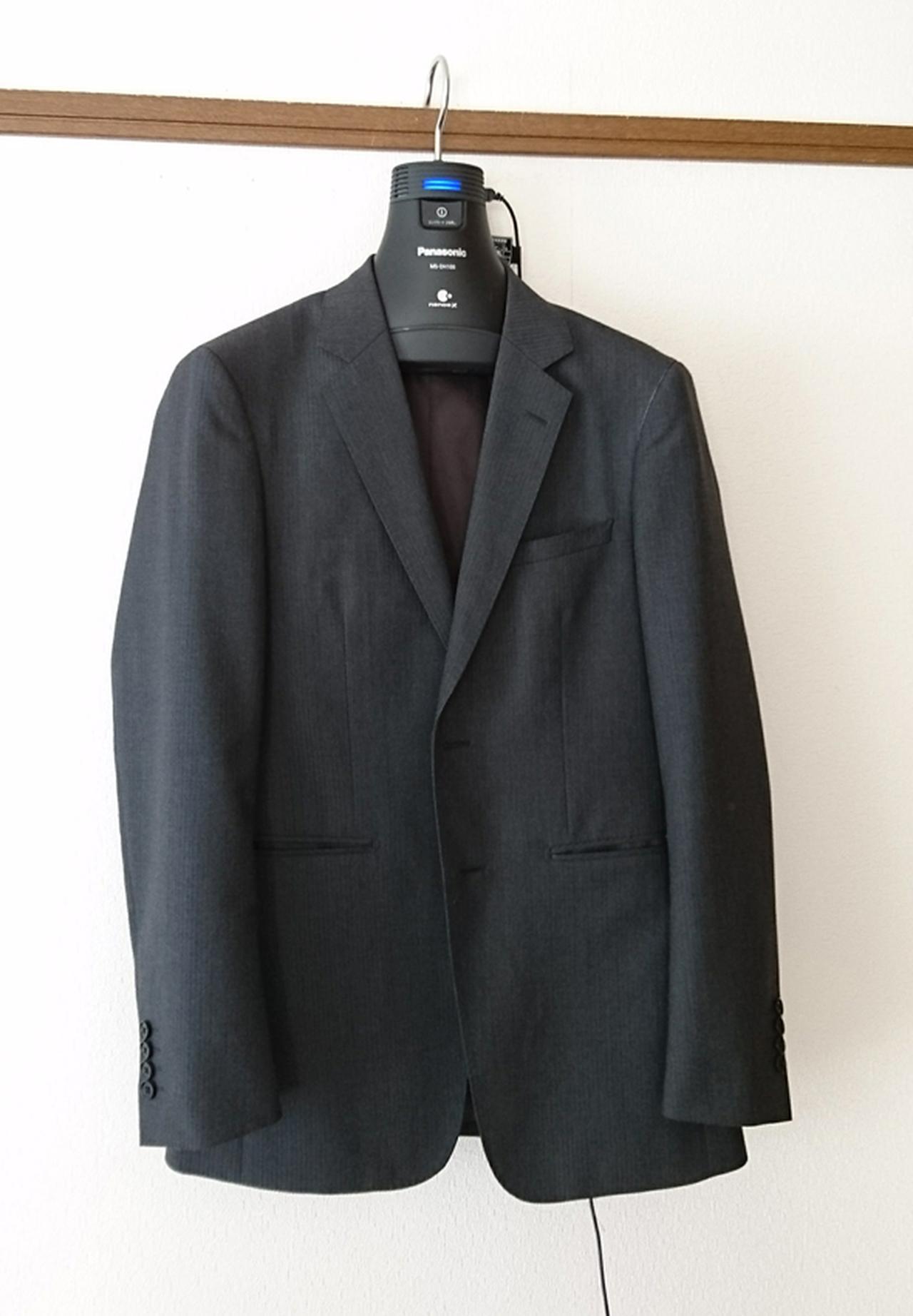 画像: 本体は丸みを帯びた形状なので、スーツの肩回りに、しわがよるようなこともない。本体サイズは、幅400ミリ×高さ281ミリ×奥行き88ミリ、約520グラム。