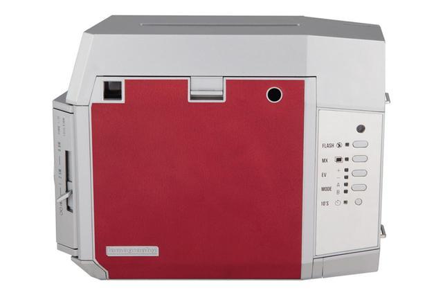 画像: 背面に操作ボタンが搭載されている。