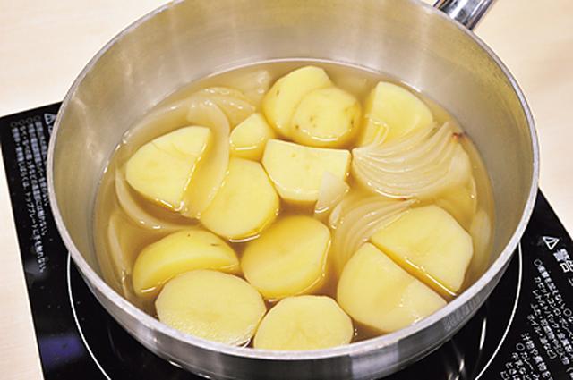 画像: コンソメでゆでたジャガ&玉ねぎがスープに変身!