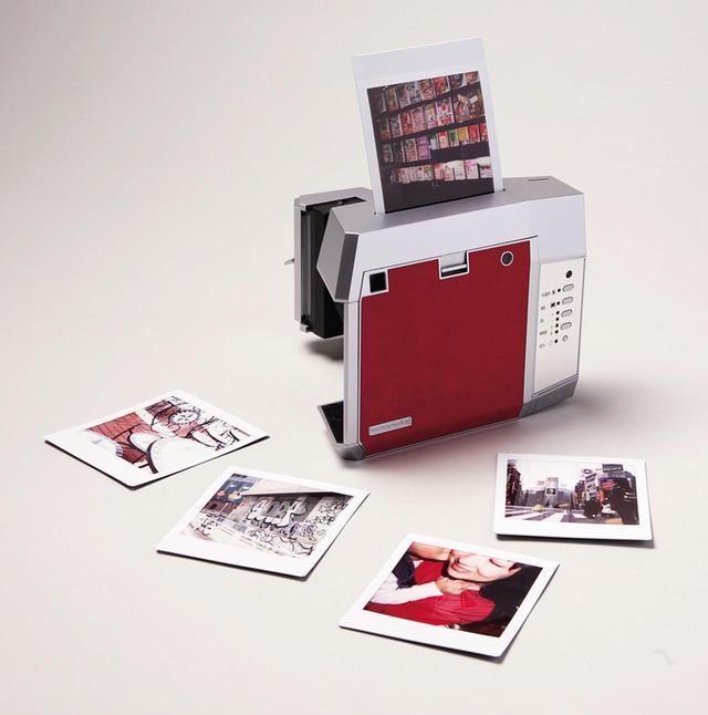 画像: シャッターを切り、露光が完了すると、フィルムがカメラ上部から飛び出してくる。