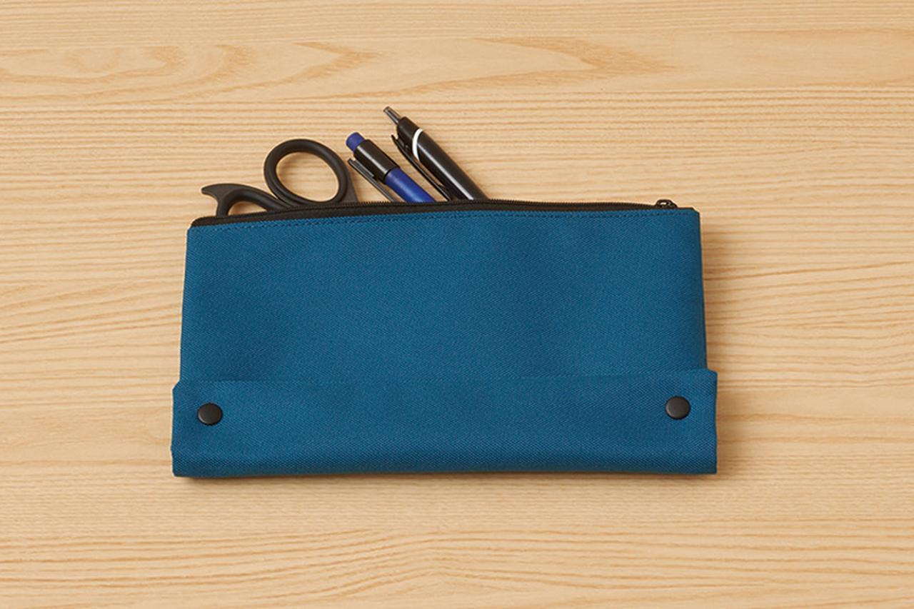 画像: 大きめのペンケースにはハサミなども入る。