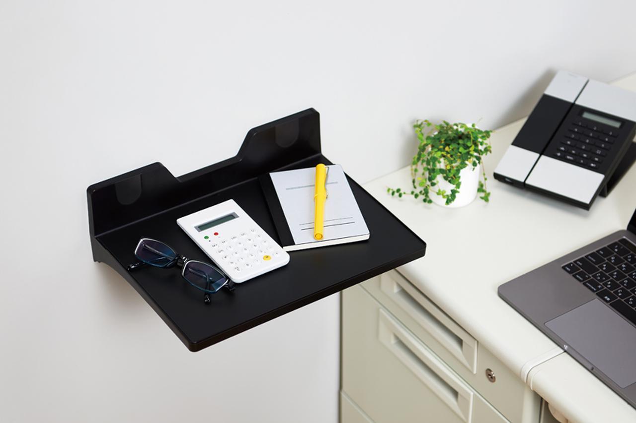 画像: 文房具などの小物を置くのに最適。クリップポケットもある。