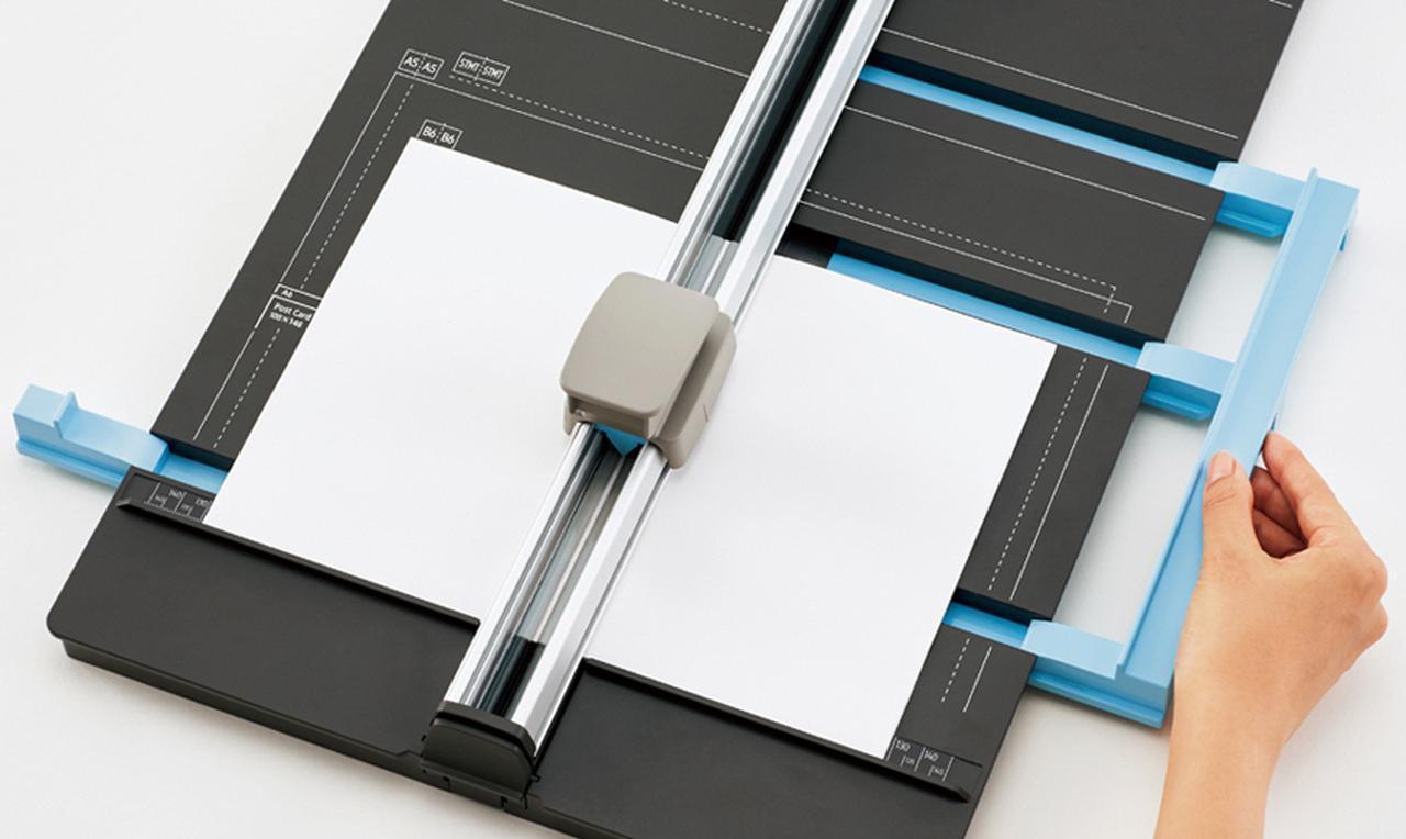 画像: 両端から挟む「Wゲージ」で、正確な半切りを実現する。