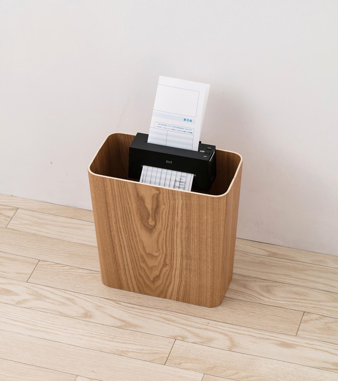 画像: 側面ワイヤーか背面フックでゴミ箱に固定して使う。