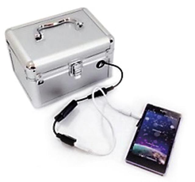 画像: スマホ用充電器は、セットのペットボトル1本分の水を入れると、5〜10分でスマホの充電をスタートすることができる。