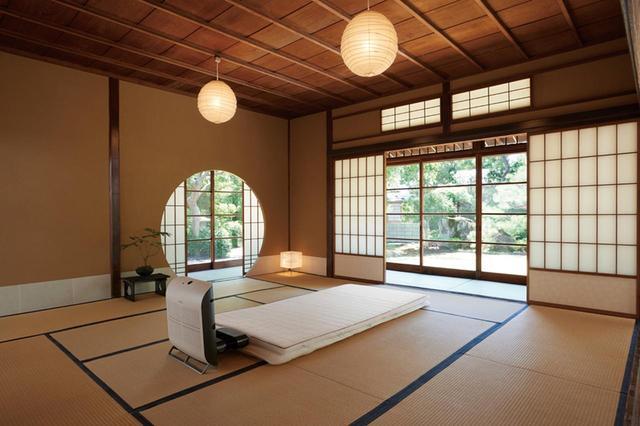 画像: 和室での使用例。敷き布団の上に敷いて使用する。38デシベル以下の静音設計だ。