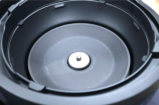 画像: 熱源は、安定的な熱供給ができるシーズヒーター。中央にある温度センサーで、鍋の水温を読み取る。