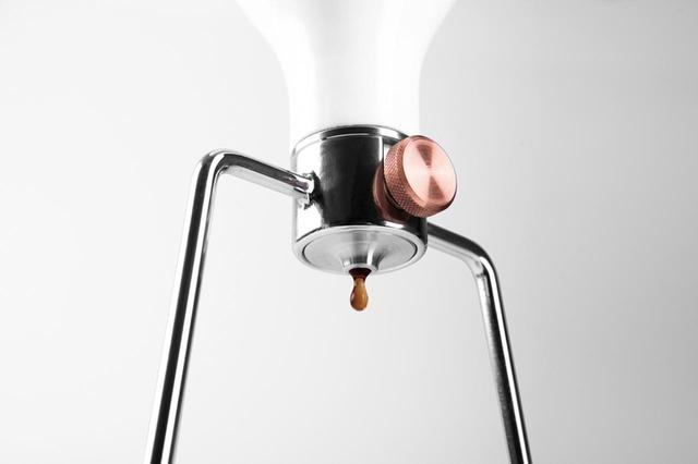画像: ドリップ速度調節バルブでコーヒーの抽出をコントロールできる。