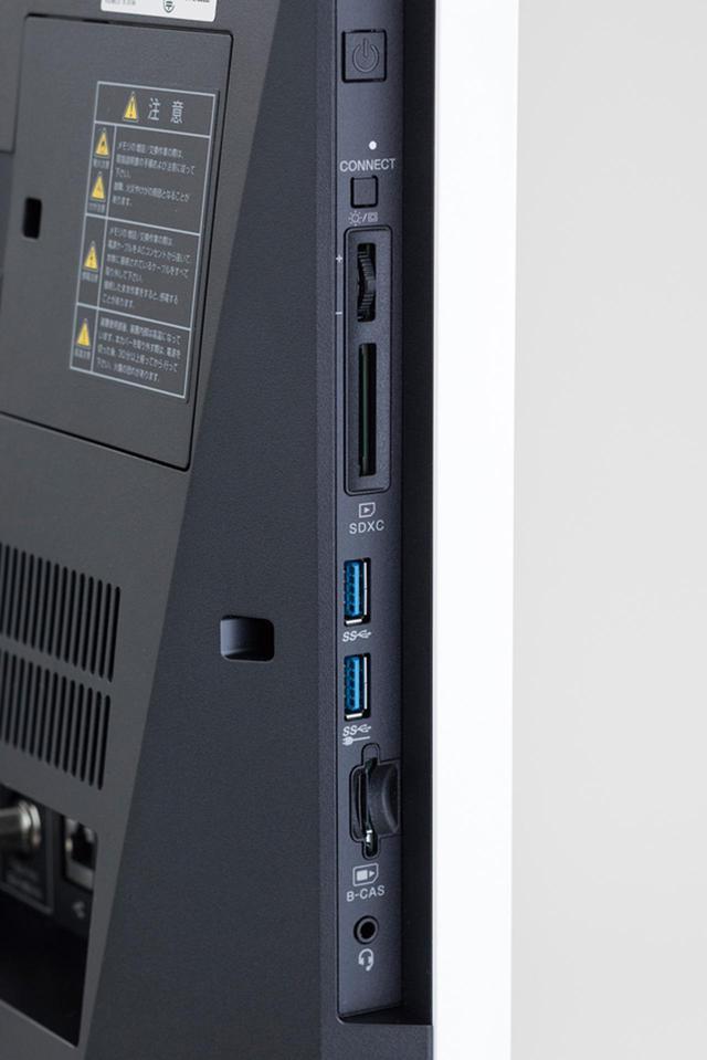 画像: アクセスのしやすい左側面にUSB3.0端子2基を搭載。背面にもUSB3.1端子2基、USB3.0端子1基を備える。
