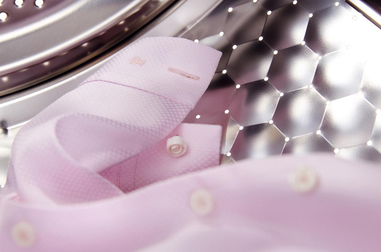 画像: ドラム槽は表面をハニカム状に設計した独自技術を採用。衣類を優しく保護しながら洗浄する。