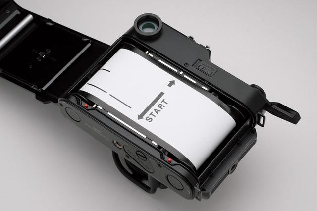 画像: フィルム装填は、裏紙のスタートラインをカメラのスタートマークまで巻き上げるのがコツ。