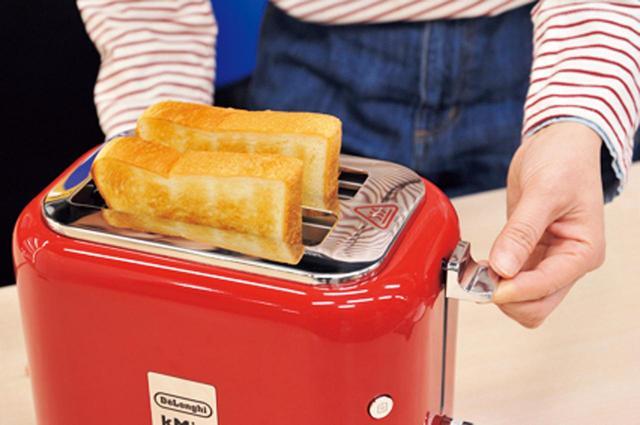 画像: 焼き上がりはスロット部分が熱いから、パンを持ち上げるリフト機能が親切&便利。