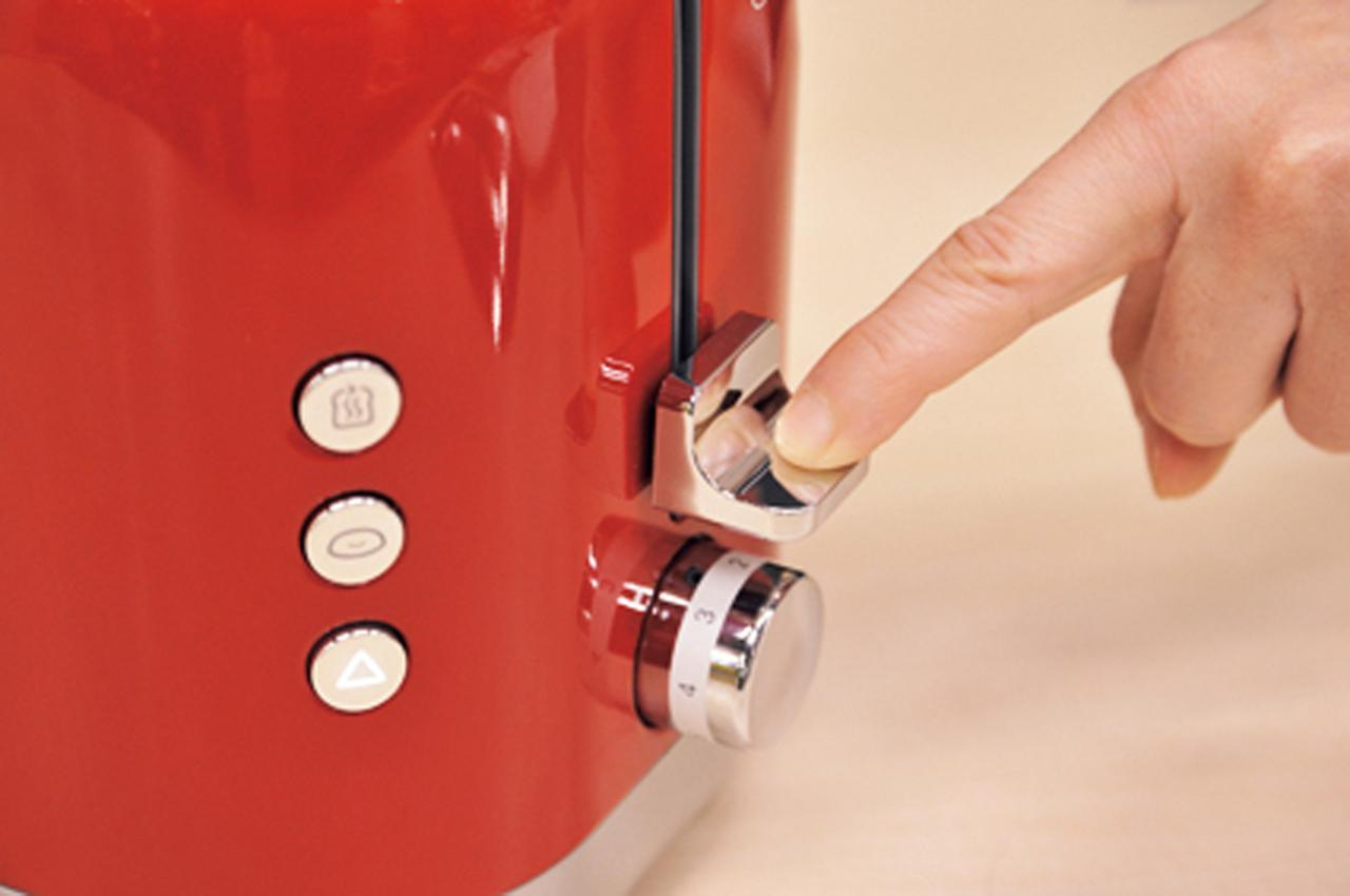 画像: レバーを押し込んでスイッチオン。通電してないとレバーが上がっちゃう。