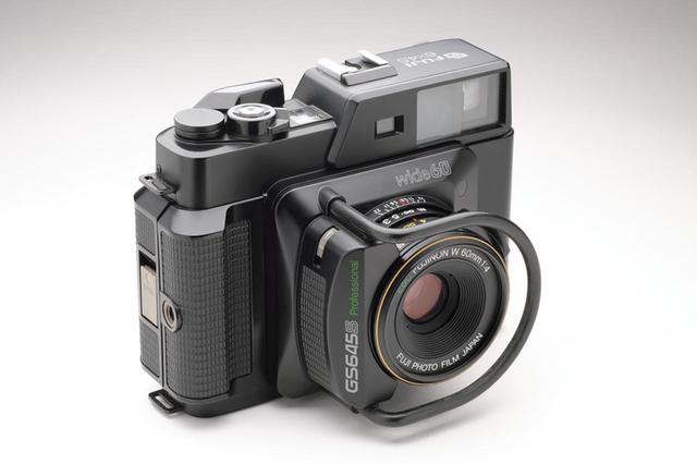 画像: レンズは37ミリ相当(35ミリ判換算)で、交換不可。鏡筒部に絞り/シャッター速度/フォーカスの各リングを備える。 ●サイズ/幅147㎜×高さ114㎜×奥行き90㎜ ●重量/766g(電池別)