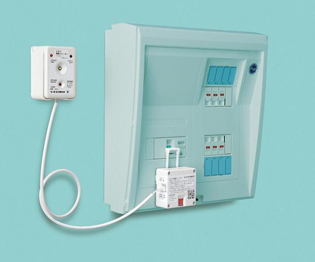 画像: 両面テープで取り付けを行うため、電気工事士の資格は不要。自分で簡単に取り付けができる。