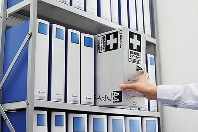 画像: パッケージは本棚にすっぽりと収まるサイズにデザイン。置き場所に困らない。