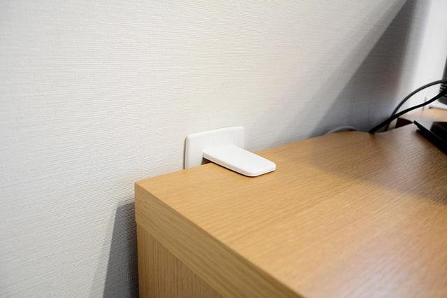 画像: T型の本体を家具の上面と壁面のそれぞれにジェル部分で貼り付けて使用する。