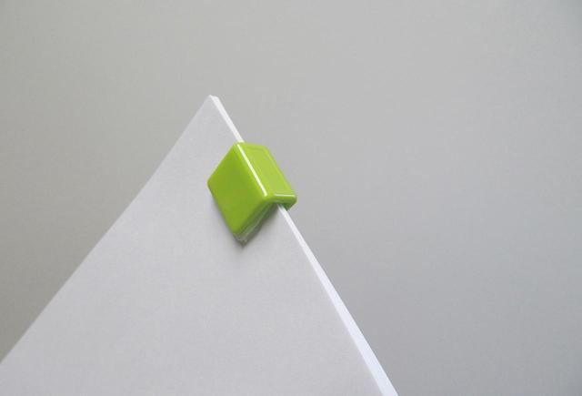 画像: 装着した状態。一般的なコピー用紙なら、約20枚を綴じることができる。