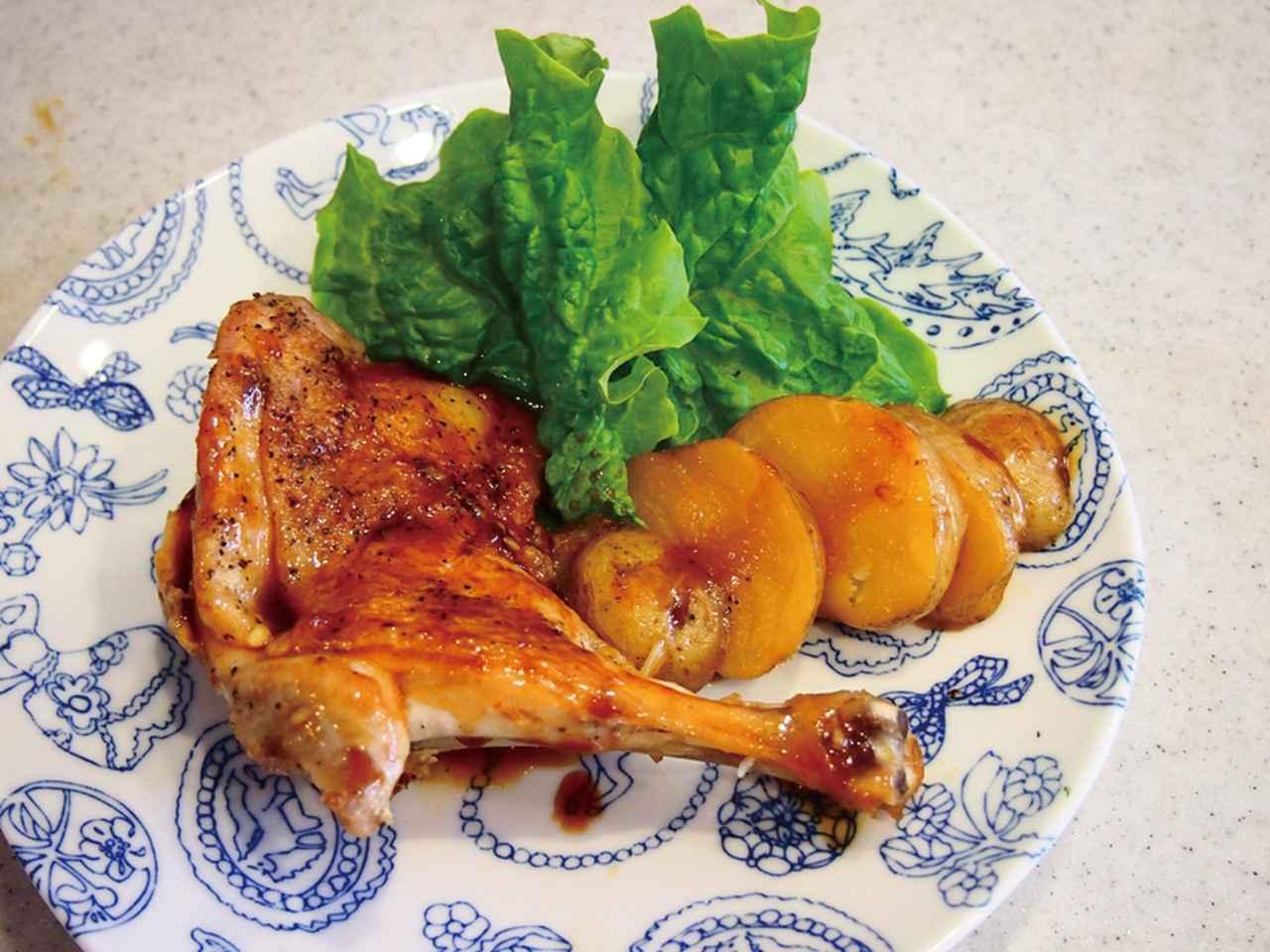 画像: 煮詰めたソースを鶏肉にかけて出来上がり。一緒に圧力調理したジャガイモを添える。