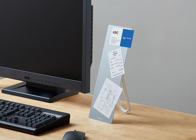 画像: 別売の専用取り付けアーム(RK02=1944円)を利用すれば、パソコンモニターの横にも設置可能。
