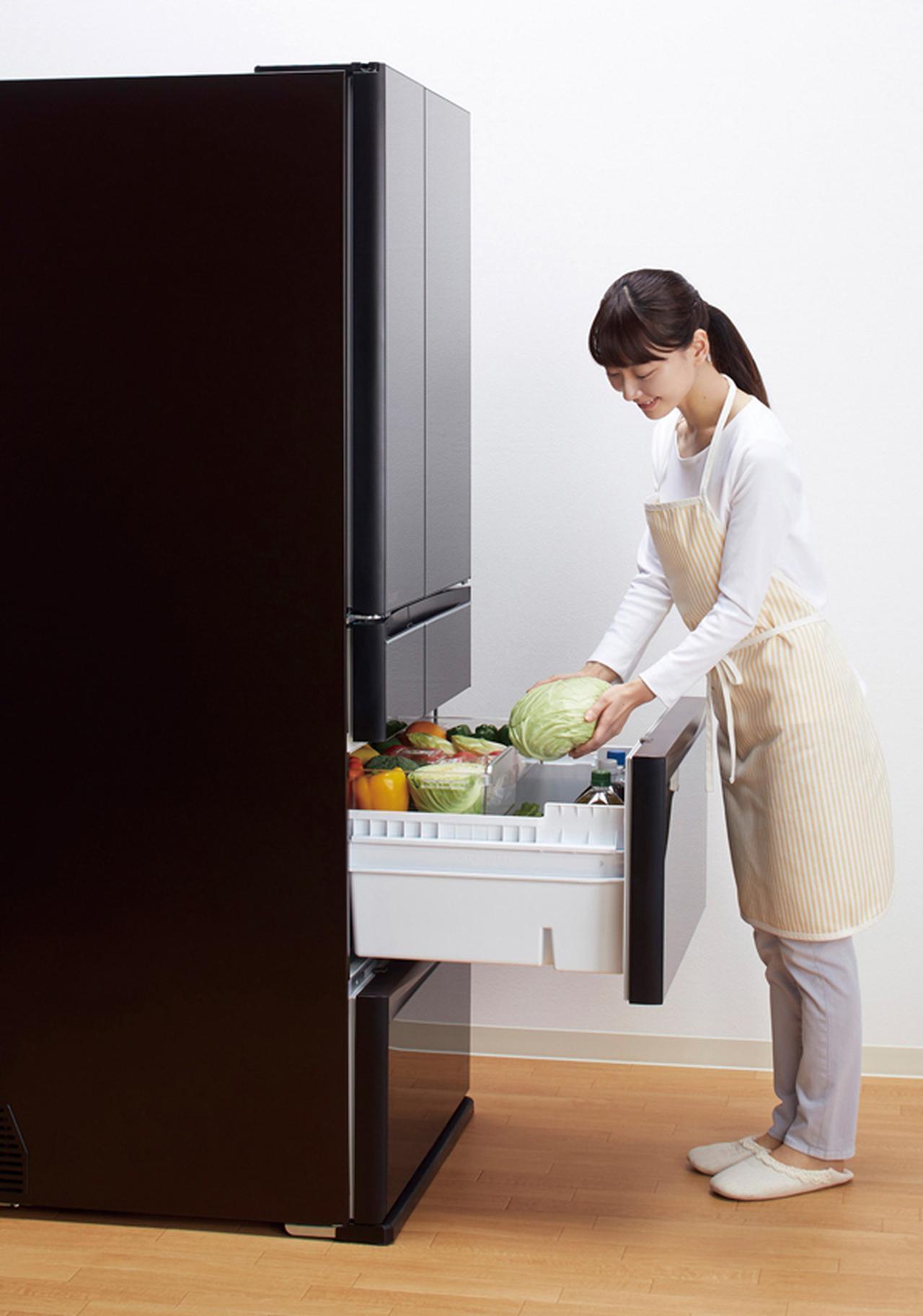 画像: 三菱の冷蔵庫としては、久しぶりに真ん中に野菜室をレイアウト。野菜を多用する人にはとても使いやすい仕様だ。