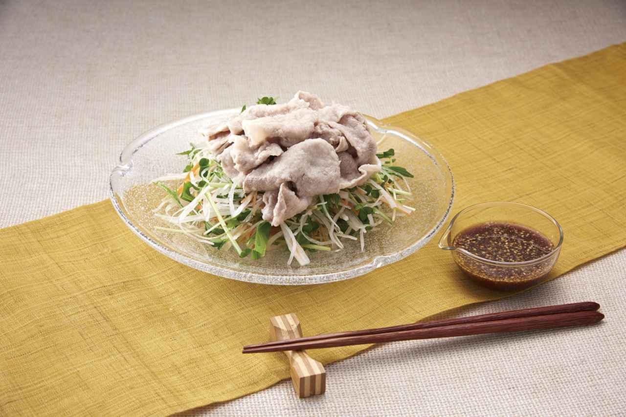 画像: 水田さんおすすめの豚の冷しゃぶ。ゆでる前の豚肉の両面にまぶす。