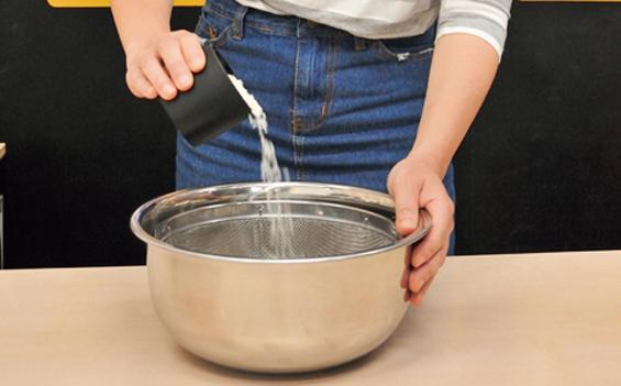 画像: ザルでお米とぎ。土鍋で研ぐのはNGよ!