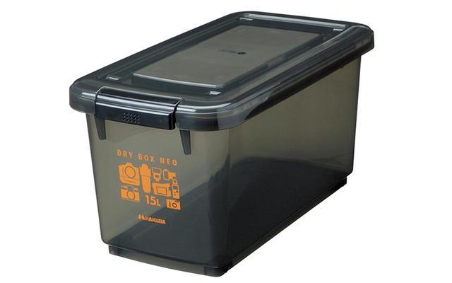 画像: プラスチック製だが、密閉度が高い。定期的に乾燥剤を新しいものに入れ替える必要があるが、廉価なのが魅力。