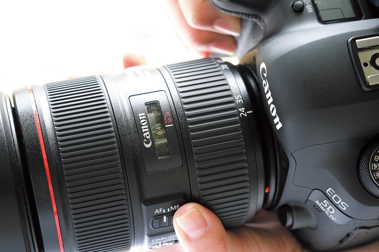 画像: 距離目盛を備えるレンズであれば、すぐに最短撮影距離は把握できる。単焦点よりもズームのほうが距離は短い。