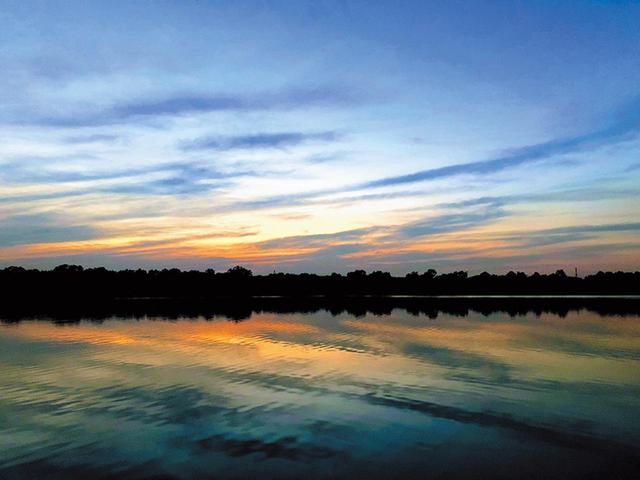 画像: 夕暮れの湖を撮影。青とオレンジ色のコントラストが幻想的な表現となった。