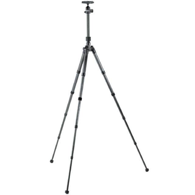 画像: 5段伸縮で、持ち運び時にはコンパクト、伸ばせば十分な高さがある。カーボンファイバー素材で軽量、剛性の高い三脚だ。
