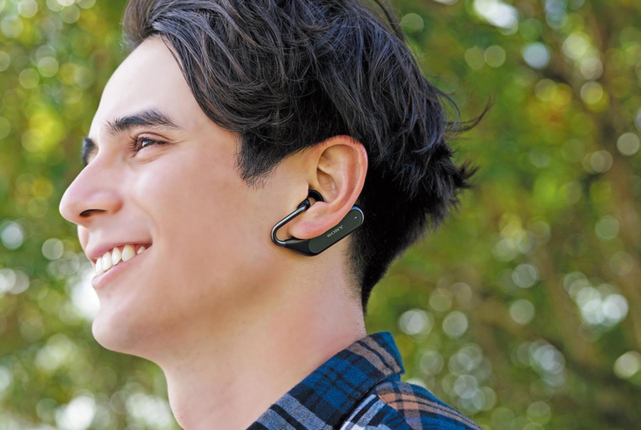画像: 耳たぶを挟み込むように装着する下掛けスタイルで、運動しても外れにくく、メガネのつるがじゃまになることもない。耳へ差し込むリングサポーターは、3サイズが付属。