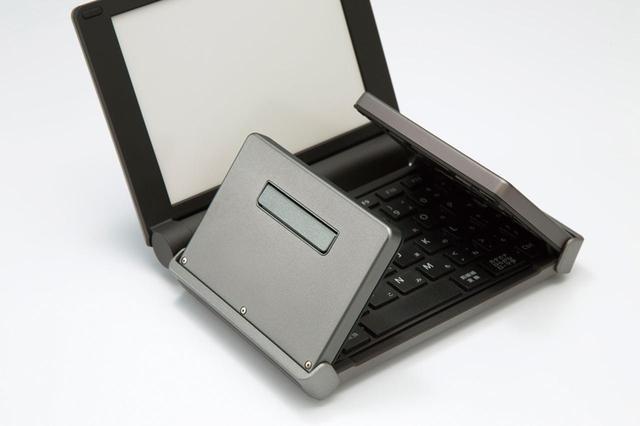 画像: 折り畳みキーボードの裏にはフットがあり、自動的に展開、格納される。