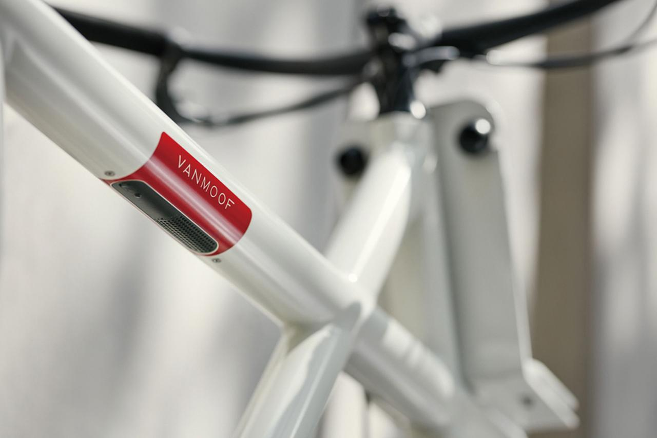 画像: オーナー以外の人間が自転車を動かそうとすると、チューブ内のスピーカー(写真の赤い部分)から警告音が鳴り、段階的に大きくなる。