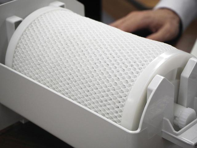 画像: 電気分解によって発生した次亜塩素酸を浸透させる除菌フィルター。保護エレメントを通じて外部から取り込まれた汚れた空気は、このフィルターに送り込まれ、除菌・脱臭される。