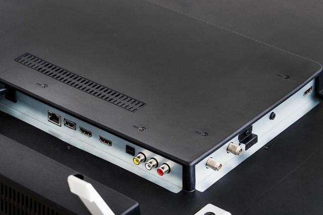 画像: 端子類は、背面の右下のほうに集中配置。HDMI端子は3系統だが、4K・HDRに対応したHDMI端子は1系統のみ。ほかにUSB端子、LAN端子、ビデオ入力端子、アンテナ入力端子などがある。