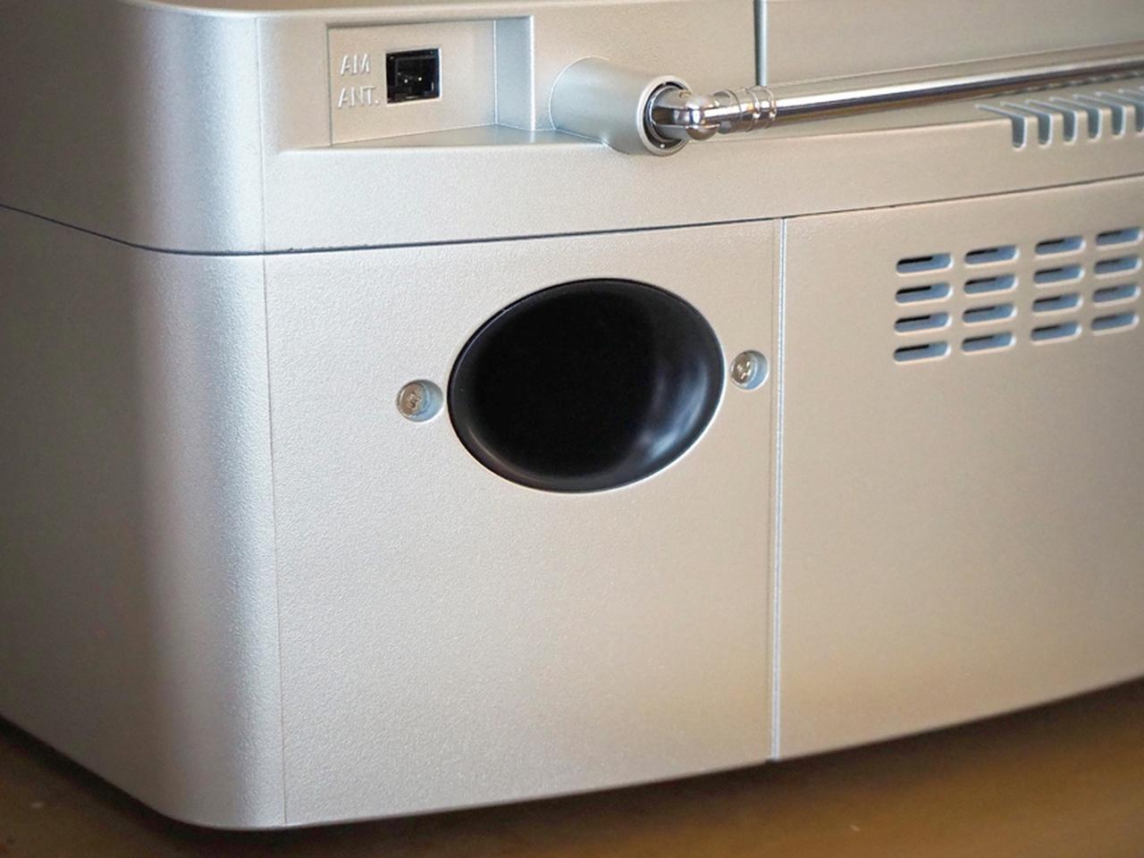 画像: 本体背面には、低音増強のためのバスレフポートを備える。力強い低音再生を可能にしている。